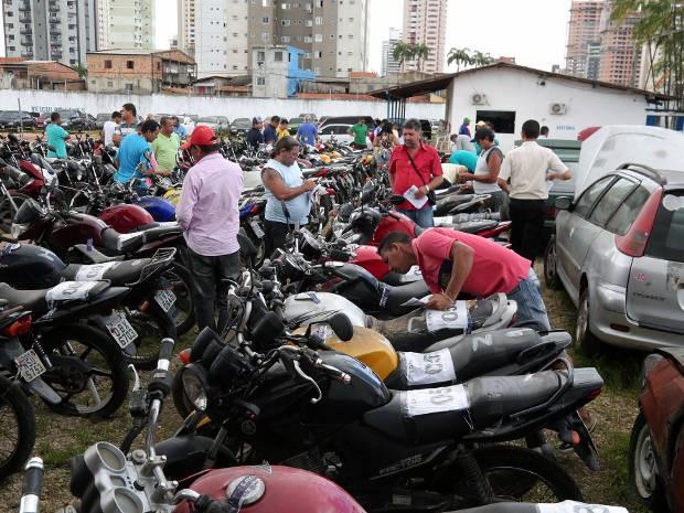 Interessados em veículos que vão a leilão nesta quarta-feira (24), em Belém, puderam conferir o estado de conservação das motocicletas e carros no pátio da Semob. (Foto: João Gomes/Comus)