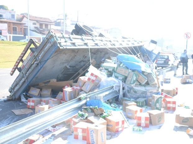Caminhão tombou em avenida da Zona Norte de Sorocaba (Foto: Julio Leite/ Arquivo Pessoal)
