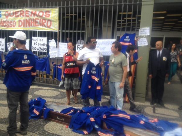 Funcionários botavam macacões em caixões em protesto contra atraso nos pagamentos (Foto: Guilherme Brito/G1)