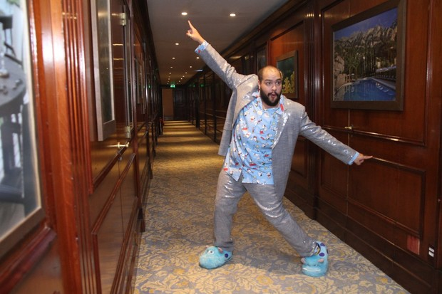 Tiago Abravanel posa se pantufas e pijama (Foto: Thyago Andrade / Brazil News)