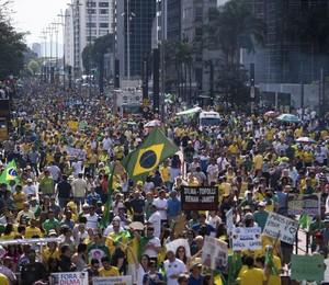 Manifestantes na Av. Paulista, próximo à Rua Frei Caneca (Foto: Marcelo Camargo/Agência Brasil)
