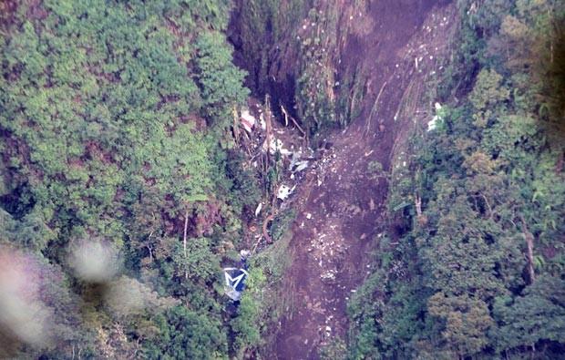Imagem aérea dos destroços do avião russo que caiu na Indonésia (Foto: AP)