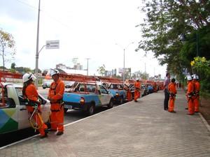 Funcionários se concentram na Ponte Mestre João Isidoro França para início de cortes (Foto: Catarina Costa/G1)