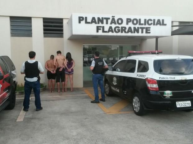 Suspeitos, um deles menor e outro travesti, foram detidos em Jaú  (Foto: Polícia Civil/ Divulgação)