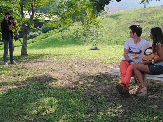 O casal percebe a presença do fotógrafo (Foto: Malhação / Tv Globo)