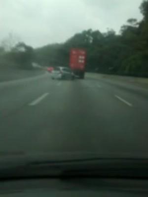 Caminhão atropela carro em rodovia (Foto: Reprodução/G1)