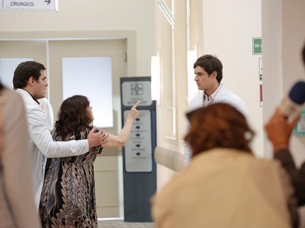A senhora aponta para Caíque e ele não consegue se explicar (Foto: Felipe Monteiro/ Gshow)