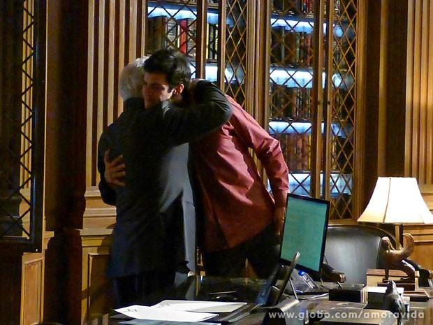 Abraço dos colegas de cena (Foto: Amor à Vida/ TV Globo)