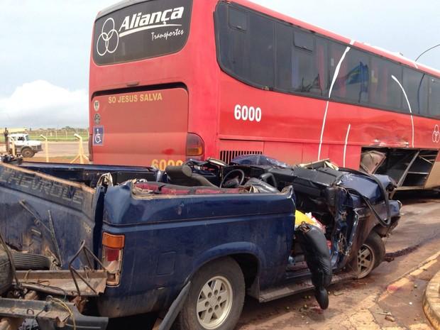 Caminhonete destruída após acidente na BR-020, entre Brasília e Goiânia (Foto: Gabriel Luiz/G1)