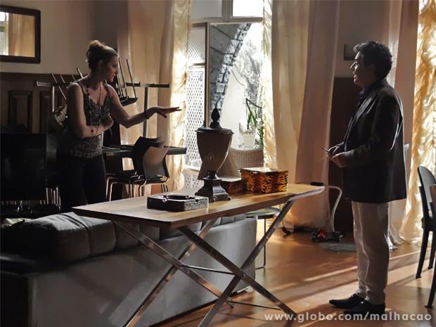 Maura recebe Caetano em sua casa e convida empresário para festa de homem poderoso (Foto: Malhação/ TV Globo)