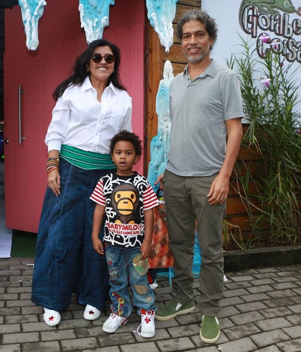 Regina Casé com marido, Estevão Ciavatta, e caçula, Roque (Foto: DILSON SILVA/AGNEWS)