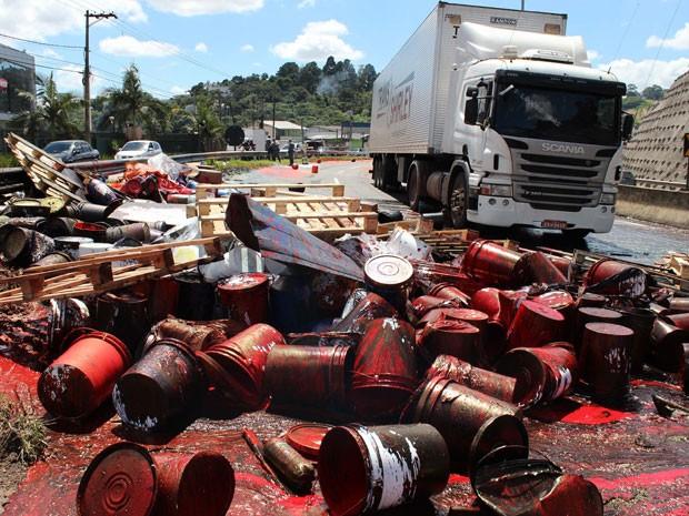 Carga do caminh�o ficou espalhada na pista da Raposo Tavares (Foto: Alex Falc�o/Futura Press/Estad�o Conte�do)