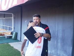 Gabriel cumprimenta Joel Santana antes do jogo (Foto: Raphael Carneiro/Globoesporte.com)