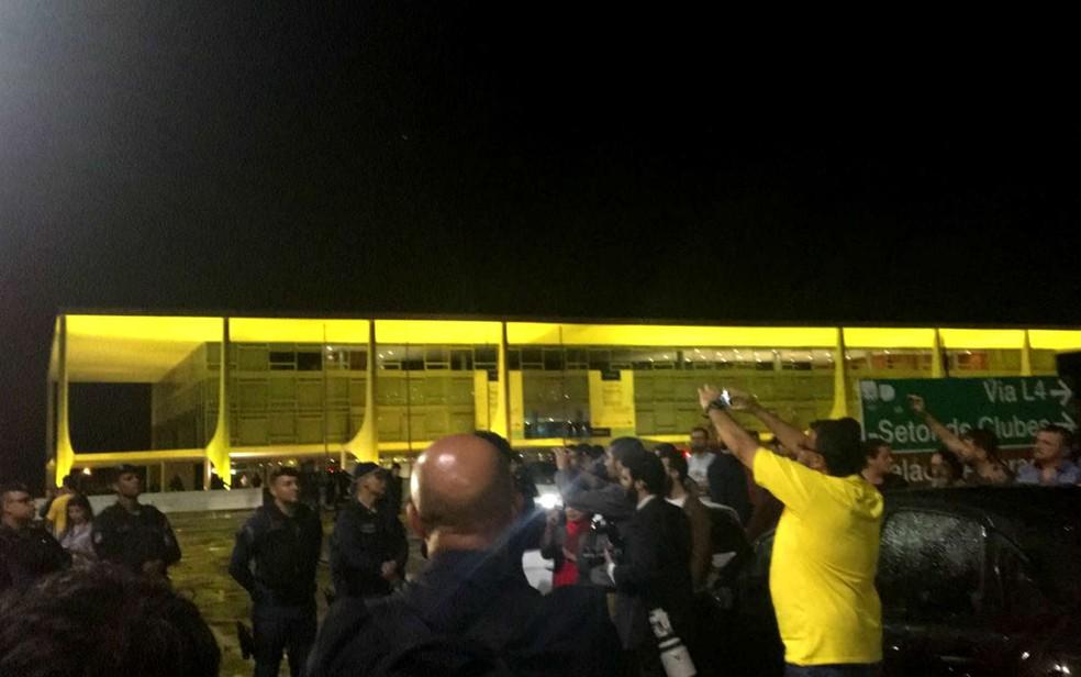 Grupo protesta contra Michel Temer em frente ao Palácio do Planalto, em Brasília (Foto: Gustavo Aguiar/G1)