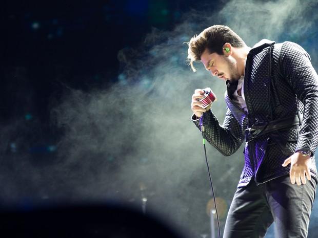 O cantor abriu a apresentação na madrugada deste sábado (30) com 'Um brinde ao nosso amor'. (Foto: Érico Andrade/G1)