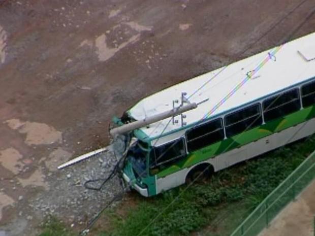 Um acidente com um ônibus na Estrada Parque Taguatinga (EPTG) , por volta das 10h da manhã desta terça-feira (7), deixou cinco pessoas feridas. De acordo com o Corpo de Bombeiros, o ônibus circulava pela via  marginal, no sentido Águas Claras, quando o motorista perdeu o  controle do veículo e bateu em um poste. Segundo o motorista, uma peça do ônibus quebrou.  Técnicos da Companhia Energética de Brasília (CEB) estiveram no local para fazer o isolamento do poste quebrado.  Uma das pistas da via marginal, sentido Taguatinga, ficou interditada. (Foto: Reprodução/ TV Globo)