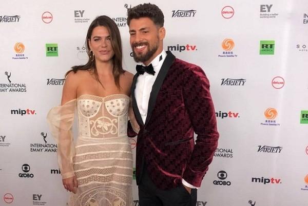 Cauã e Mariana Goldfarb fazem sucesso no red carpet (Foto: Reprodução/ Agência O Globo)