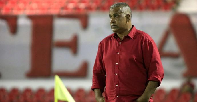 Técnico Ademir Fonseca observa atuação do Regatas diante do Globo-RN (Foto: Ailton Cruz/ Gazeta de Alagoas)