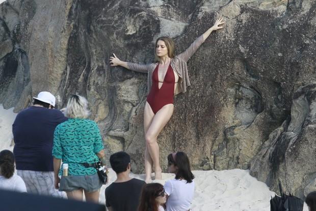 Leticia Spiller faz sessão de fotos na praia do Grumari, RJ (Foto: Dilson Silva  / Agnews)