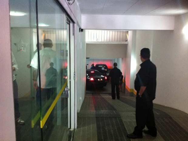 José Dirceu chegou por volta das 13h30 ao diretório nacional do PT (Foto: Roney Domingos/G1)