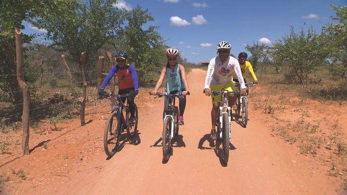 Renata Menezes faz trilha de bike até a Cachoeira do Salitre (Foto: TV Bahia)