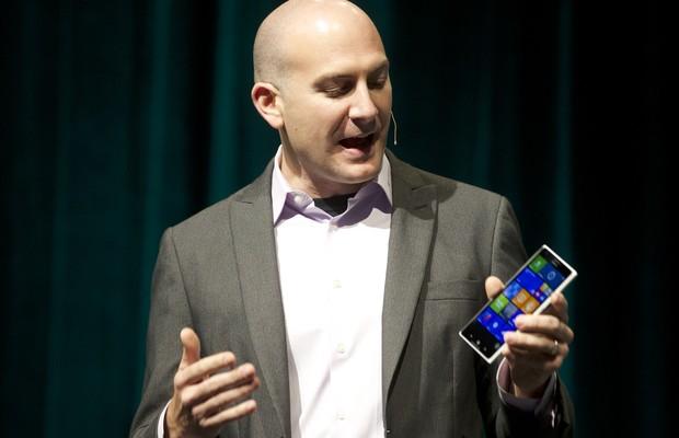 Ryan Asdourian, Gerente de Comunicações da Microsoft, apresenta o Nokia Lumia 1520, o celular grandalhão da empresa, durante evento para investidores em 2013.  Desacreditados quando criados, os phablets ganham mercado no mundo inteiro (Foto: Stephen Brashear/Getty Images)