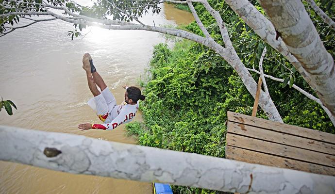 orlando duque salto no rio amazonas (Foto: Fabio Piva / Divulgação)