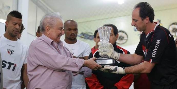 Rogério Ceni recebe homenagem de Juvenal Juvêncio (Foto: site oficial / saopaulofc.net)