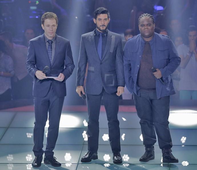 Alexey Martinez e Denilson Bhastos com Tiago Leifert no palco do 'The Voice' (Foto: Artur Meninea/Gshow)