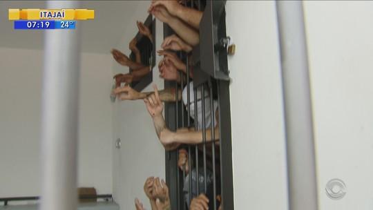 Cela de delegacia com capacidade para três presos tem 17 em Palhoça
