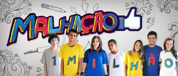 Galera do elenco se reuniu e tirou foto para comemorar a marca de 1 milhão de curtidaspara foto comemorativa  (Foto: Malhação / Tv Globo)
