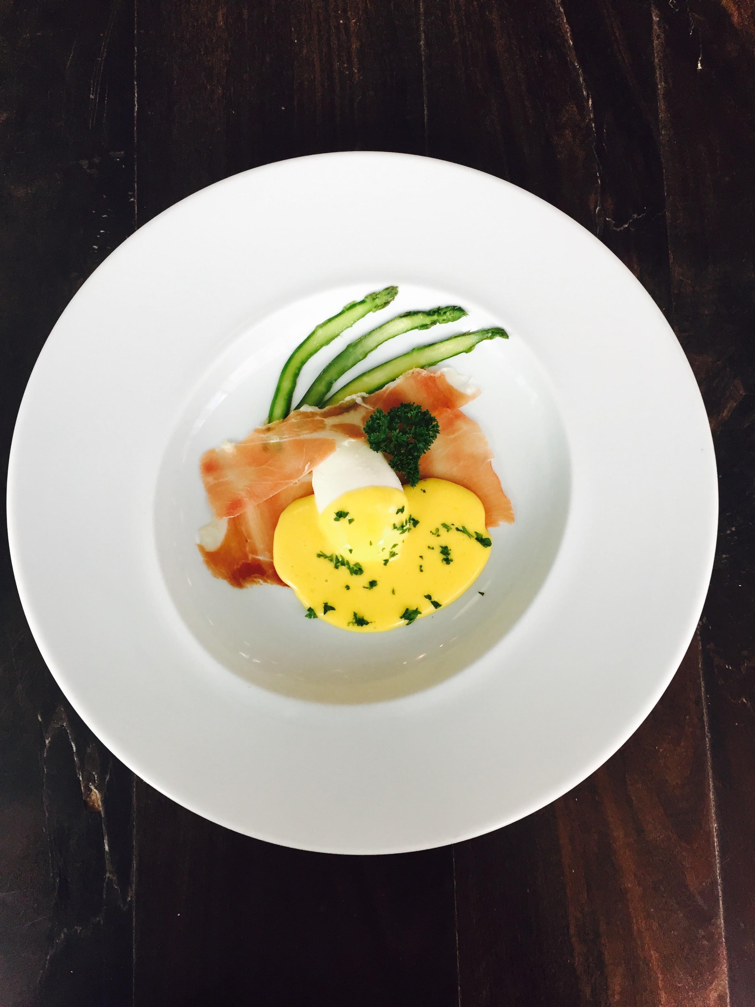 O ovo poché com molho hollandaise e presunto de Parma do chef Didier Labbé (Foto: Divulgação)