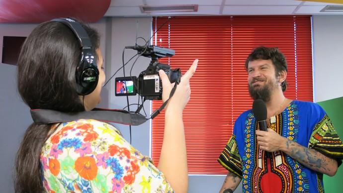 Camila Salles, do Gshow, gravando entrevista com Saulo (Foto: TV Bahia)