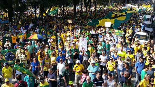 Milhares de manifestantes protestam em Curitiba (Foto: Divulgação/RPC)
