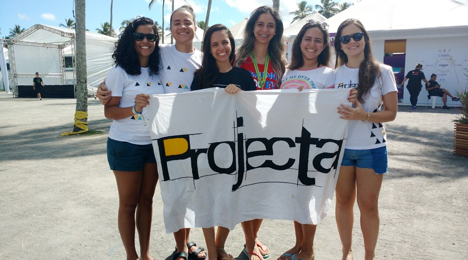 Mariana Marques, de preto, e membros da Projecta, empresa júnior do curso de arquitetura da UFBA (Foto: Adriano Lira)