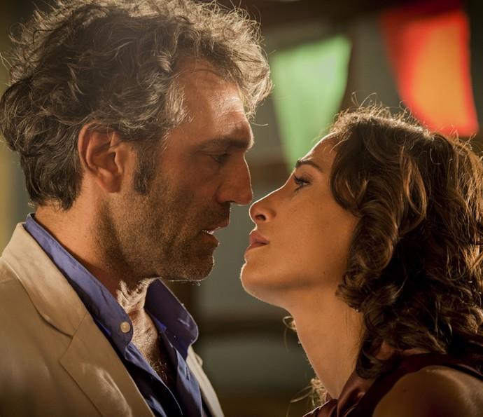 Tereza fica prestes a revelar a verdade, mas Santo a interrompe (Foto: Globo/Caiuá Franco)