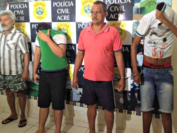 Envens Tavares ( de camisa verde) e Francisco Silva ( de camisa vermelha) são acusados de estupro. (Foto: Caio Fulgêncio/G1 Acre)