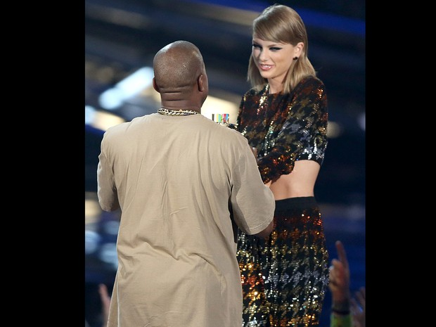 Taylor Swift entrega prêmio para Kanye West no MTV Video Music Awards (Foto: Matt Sayles/Invision/AP)