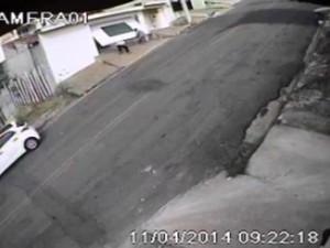 Suspeitos invadem casa na Vila Oliveira em Mogi das Cruzes (Foto: Reprodução/VC no G1)