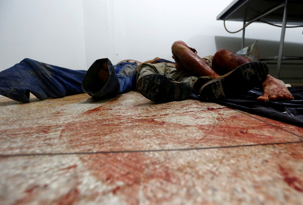 Corpos das vítimas do massacre foram removidos na cena do crime antes da chegada da perícia (Foto: Lunae Parracho/Reuters)