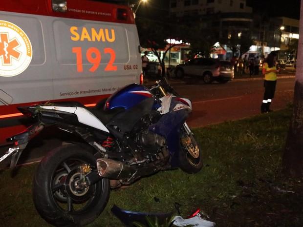 Carro e moto bateram na faixa contrária da avenida (Foto: Ademir dos Anjos/Divulgação)