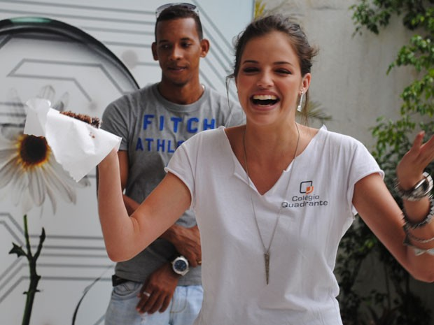 Agatha faz discurso e dedica bolo pra equipe (Foto: Malhação / Tv Globo)