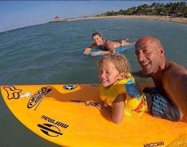 A família se diverte no mar (Foto: Instagram)