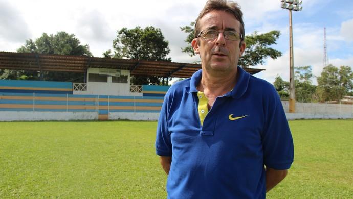 Celso Garcia, o Paraná, presidente da Amax, no estádio Álvaro Felício Abrahão (Foto: João Paulo Maia)
