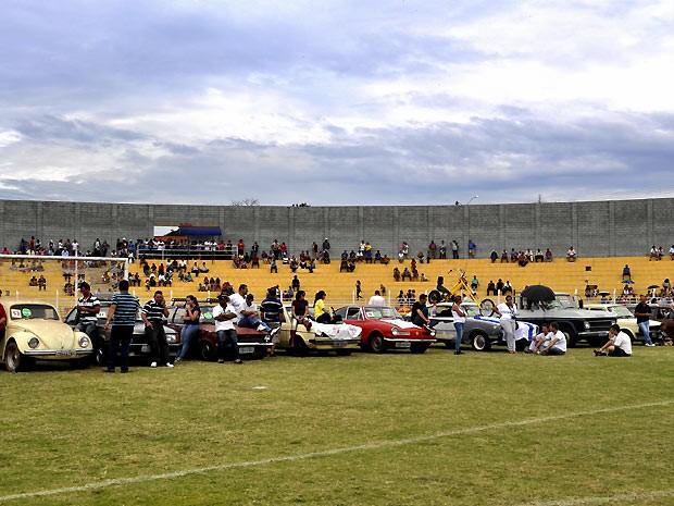 Carros aguardam a seleção no estádio de futebol em Jaguariúna (Foto: Maria Regina Santomauro/Via EPTV.com)