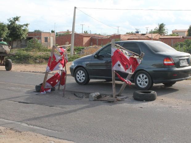 Uma placa de concreto cedeu no centro da pista na periferia de Petrolina, PE (Foto: Juliane Peixinho/ G1)