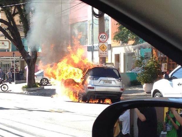 Carro ficou totalmente destruído (Foto: Thais Reis/VC no G1)