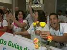 Guias turísticos recebem visitantes com flores, faixas e música no Rio