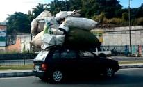 Motorista leva carga maior que o carro; veja (Egi Santana / G1)