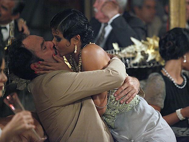 Nacib se diverte com Mara (Foto: Gabriela/TV Globo)